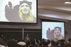 牟田阪大教授は、米国のトランプ新政権への抗議行動で訴えるマドンナさんの映像などを紹介しながら講演=22日、大阪市左京区内