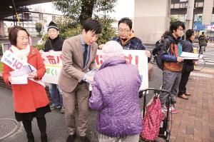 「大阪市をよくする会・平野区連絡会」の宣伝で、地下鉄・バスの廃止条例案の否決を求める署名を呼び掛ける日本共産党の小川陽太大阪市議、石谷ひさ子・衆院大阪2区候補=5日、大阪市平野区内