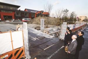 学校建設現場で調査する宮本議員とあらい、松下、山本の各氏ら=2月25日、豊中市内