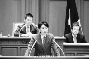 代表質問に立つ小川議員=2日、大阪市議会