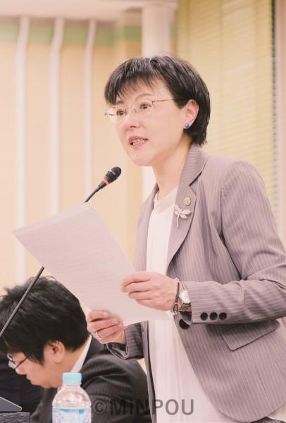 府議会教育常任委員会で質問に立つ石川府議=13日、府庁