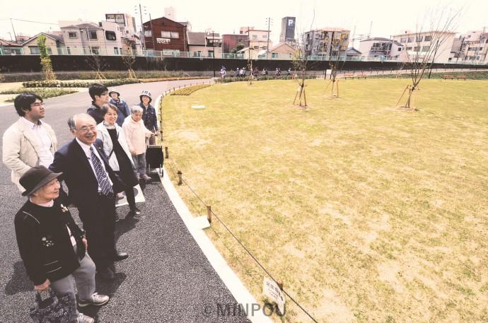 正蓮寺川公園で一部開園を喜び合う瀬戸市議や住民の人たち=4月22日、大阪市此花区内