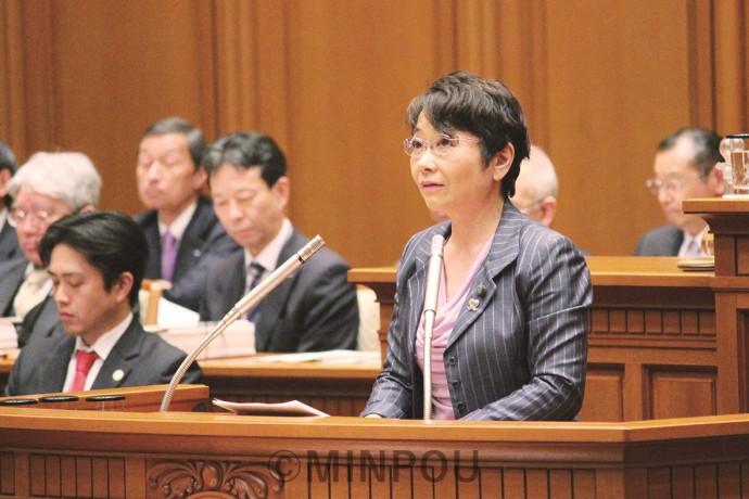反対討論に立つ山中氏=3月28日、大阪市議会