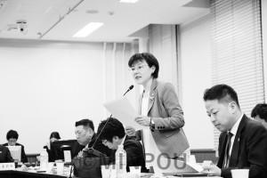 府議会教育常任委員会で、森友学園問題を追及する石川多枝議員=3月13日、府庁