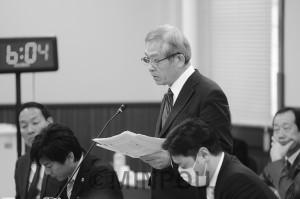 府議会都市住宅常任委員会で森友学園問題を質問する宮原威議員=3月21日、府庁