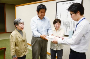 大阪市議会に陳情署名を提出する市民の会メンバー=12日、大阪市議会