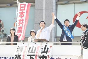 聴衆の声援にこたえる山下(中央)、清水(その右)の各氏=20日、大阪市北区内