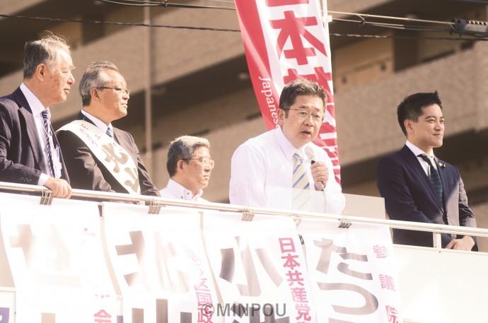 街頭演説で訴える日本共産党の小池書記局長(右から2人目)と、司会の辰巳参院議員(右端)、(左から)瀬戸大阪市議団長、北山衆院大阪5区候補=14日、大阪市西淀川区内