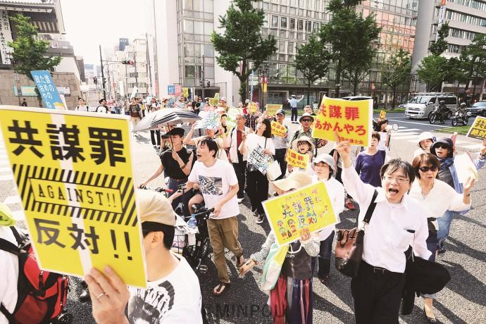 共謀罪は廃案にとアピールする人たち=21日、大阪市中央区内
