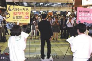 京橋駅前での市民有志の宣伝で辰巳参院議員のスピーチを聞く人たち=9日、大阪市都島区内