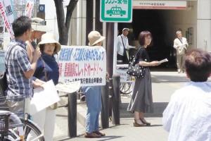 街頭でリコール署名の協力を呼び掛ける実行委メンバーら=17日、堺市北区内