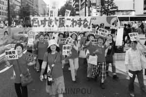 大阪市を壊すなと御堂筋をパレードする女性たち=2015年5月15日、大阪市中央区内