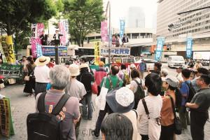 勢ぞろいして安倍政権打倒を呼び掛ける野党代表ら=17日、大阪市北区内