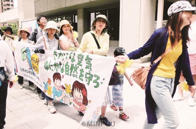 産廃焼却場建設反対のパレードは3回行われ、延べ2千人が参加しました。写真は6月18日のもの。