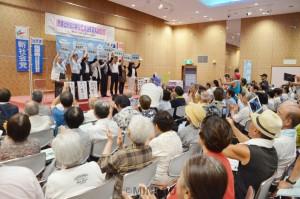 「野党は共闘」と掲げる野党関係者と市民ら=22日、富田林市内