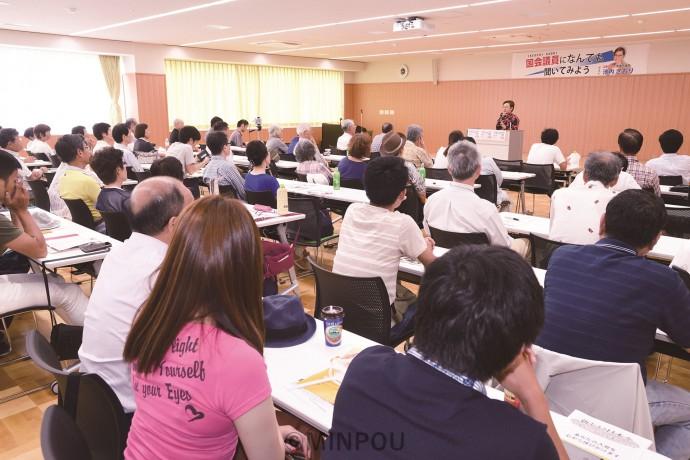 政治の焦点、改革の展望を語り合った集会=23日、岸和田市内