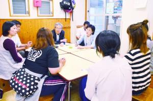 日本共産党府議団が行った親たちからの聞き取り=6月14日、大阪市住之江区内