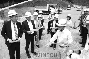 死亡事故が相次ぐ異常な新名神高速道路の建設現場を調査する議員ら=6月22日、箕面市内