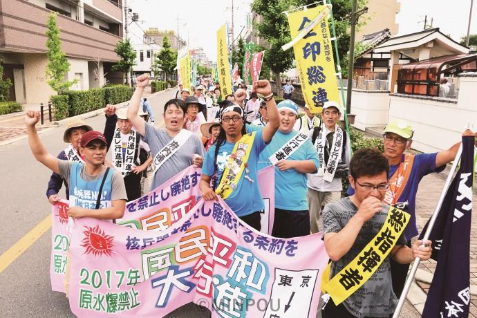 国連で核兵器禁止条約の議論が行われる中での歴史的な国民平和大行進。一歩一歩に力が入ります=6月30日、八尾市内
