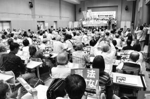 参加者とともに「市民と野党で共闘つくろう」とコールする野党、市民連合代表ら=4日、大阪市中央区内