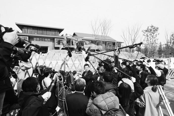 建設中の「瑞穂の國小学院」を視察した小池晃書記局長と殺到したメディア=3月5日、豊中市内