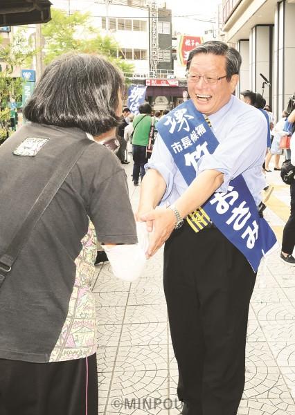 「政令市堺を守り発展させよう」「市民の暮らしと福祉を守るまちづくりを進めたい」と市民と握手する竹山候補