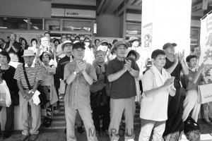 日本共産党の街頭演説を聞く聴衆=18日、堺市南区内