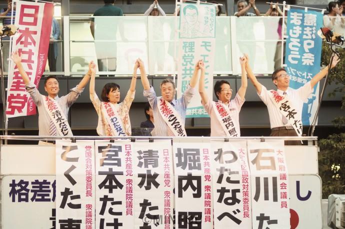 街頭演説で聴衆の声援に応える(左から)清水、わたなべ、こくた、堀内、宮本の各氏=2日、大阪市北区内