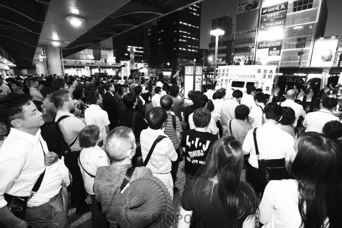竹山氏の演説を聞く市民ら=8日、堺市堺区内