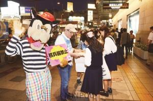 「ヒバクシャ国際署名」を呼び掛ける大阪原水協の人たち=9月20日、大阪市中央区内