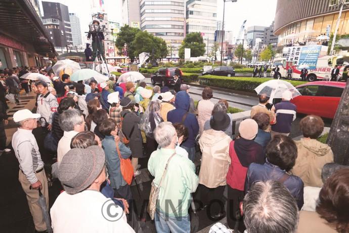 志位委員長の訴えを聞く聴衆=15日、大阪市中央区内
