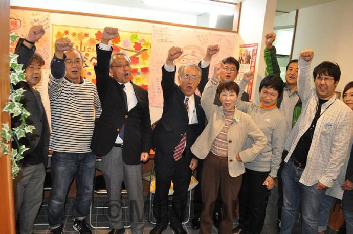 「頑張ろう」とこぶしを上げる北山氏(左から3番目)と支持者ら=22日、大阪市西淀川区内
