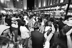 小池晃書記局長の訴えを聞く聴衆=9月28日、大阪市北区内
