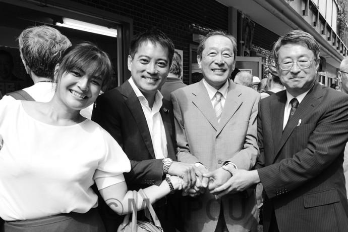 服部良一さん(中央)の事務所開きで激励する山元建氏(右)と辰巳孝太郎参院議員(左)=10月1日、茨木市内