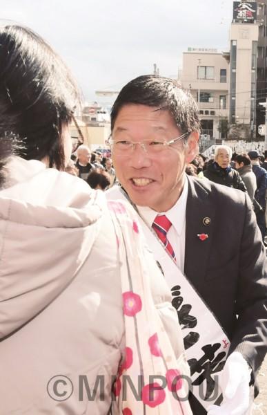 市民と握手する、しぎ芳則候補=19日、岸和田市内