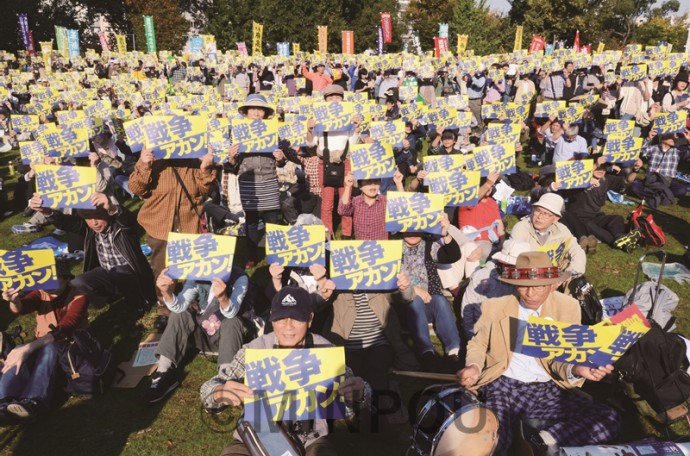 「戦争アカン!」のプラカードを掲げてアピールする「おおさか総がかり集会」の参加者=3日、大阪市北区内