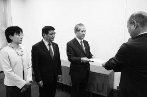 松井知事あての緊急要望を提出する(左から)石川氏、うち海候補、宮原氏=2日、府庁内