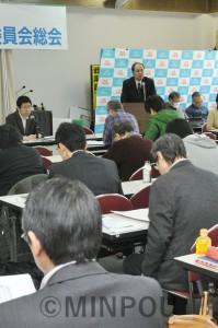 第5回総会で報告する柳利昭委員長=9日、大阪市天王寺区内