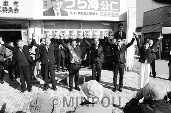 府議補選告示日の出発式で、声援に応える(左から)新社会党の松平要府本部副委員長、社民党の服部良一府連代表、内海氏、自由党の渡辺義彦府連代表、日本共産党の辰巳孝太郎参院議員、石川多枝府議=11月10日、東大阪市内