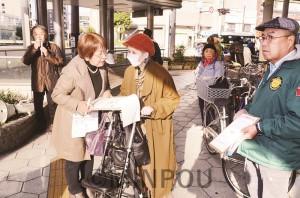 大阪市の存続を求める陳情署名を呼び掛け、市民と対話する人たち=2日、大阪市天王寺区内