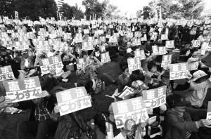 大阪でも「安倍9条改憲ノー」「戦争アカン」の運動が急速に広がっています(写真は2017年11月3日に大阪市北区・中之島公園で開かれた「おおさか総がかり集会」)