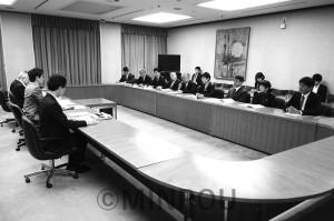 新年度予算編成などについて要望書を吉村市長に提出し、意見交換する日本共産党大阪市議団=2017年12月25日、大阪市役所内