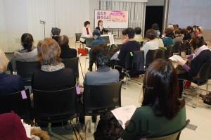 女性たちの集いで、立憲民主党の尾辻かな子衆院議員と問題提起する、日本共産党のわたなべ結府委員会国政対策委員長=1月27日、大阪市中央区内