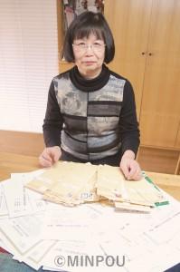知人から続々と返ってきた署名用紙、返信用封筒を前に巽照子さん=16日、堺市北区の自宅で