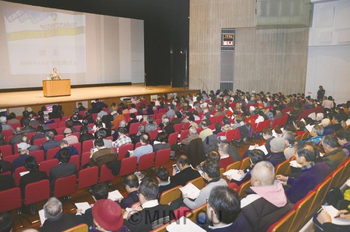 明るい会とよくする会が開いた「住民投票許すな2・7決起集会」には会場いっぱいの560人が参加しました=7日、大阪市東成区内