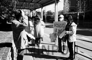 近大前バス停で行動する「有志の会」メンバー=14日、大阪狭山市内