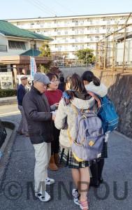 日本共産党阪南地区では、民青同盟のシールアンケートや3千万署名で、学生との対話を進めています