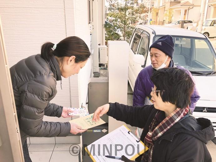 各戸を訪問し、3千万署名を訴える人たち=17日、堺市西区内
