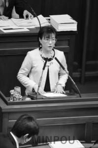 子どもの貧困対策を提案する石川府議=2日、府議会本会議場