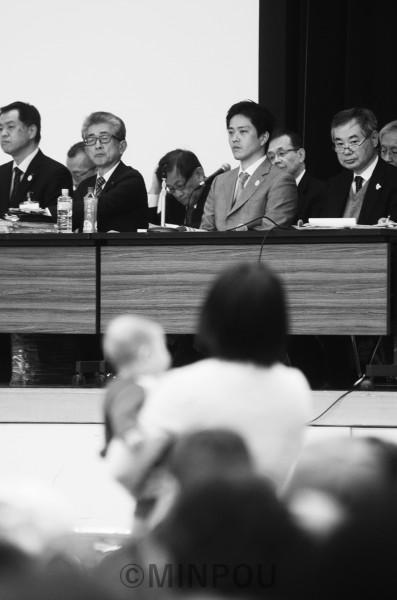 住民説明会で若い母親が訴えても視線を合わせようともしない吉村市長=10日、大阪市住之江区内